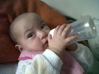 bebe tomando leche