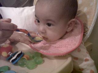 bebe comiendo