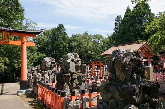 岩だらけの神社