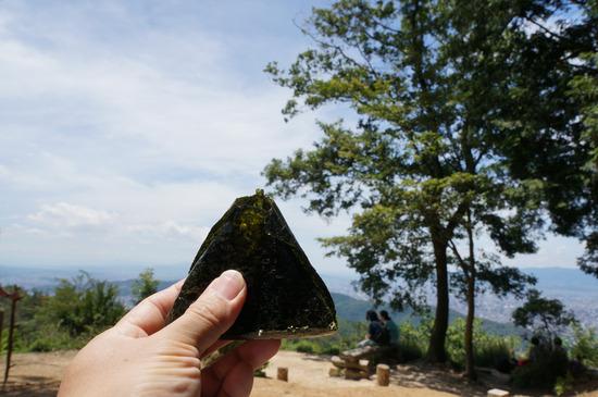 大文字山山頂でおにぎり