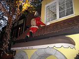 サンタさん、落ちそう!