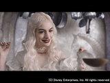 アン・ハサウェイ as 白の女王