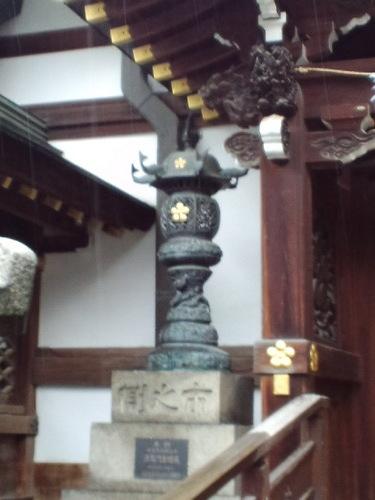 登竜門の灯篭。上に鯉の飾り、柱に竜が巻きつく