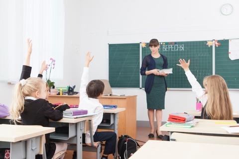 教室で手をあげている子どもたち