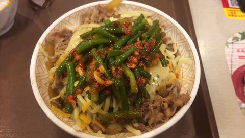 ワイ、チーズ牛丼にニンニクの芽トッピングで貴族の牛丼(並650円)を作る