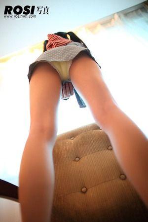 【脚フェチ画像】ツインテール美脚女子のローアングルパンツと半尻www