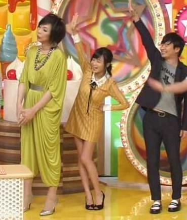 小島瑠璃子 スカートが短すぎて手を挙げるとパンツが見えそう