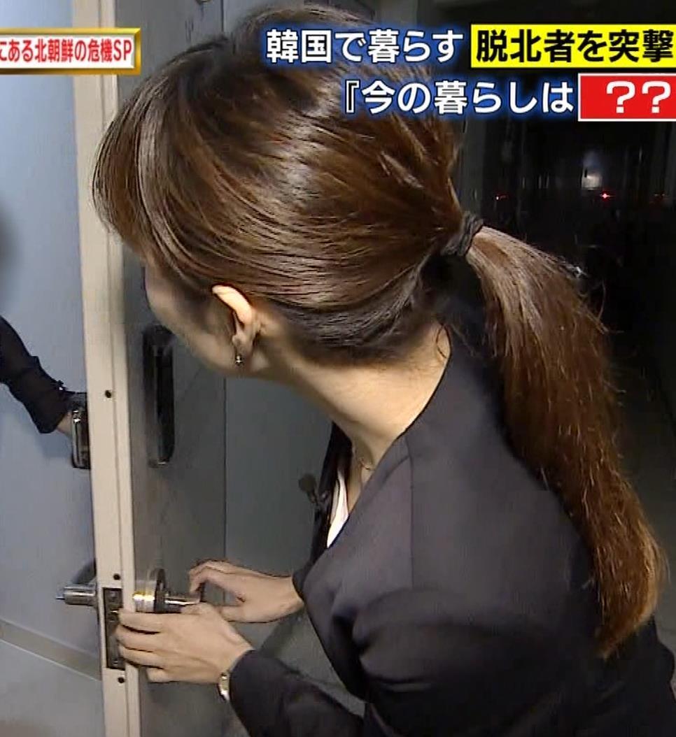 伊藤綾子アナ 斜め上から撮られる胸元のアップ画像