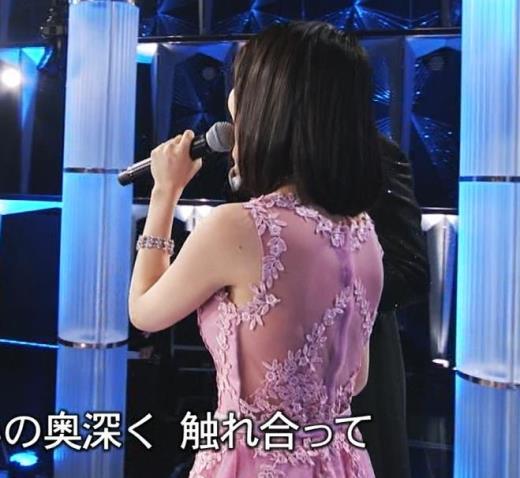 生田絵梨花 ノーブラでドレス着てる?乳もでかそう。