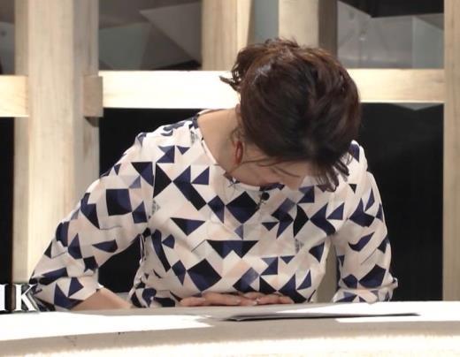 杉浦友紀アナ 胸をつぶすお辞儀