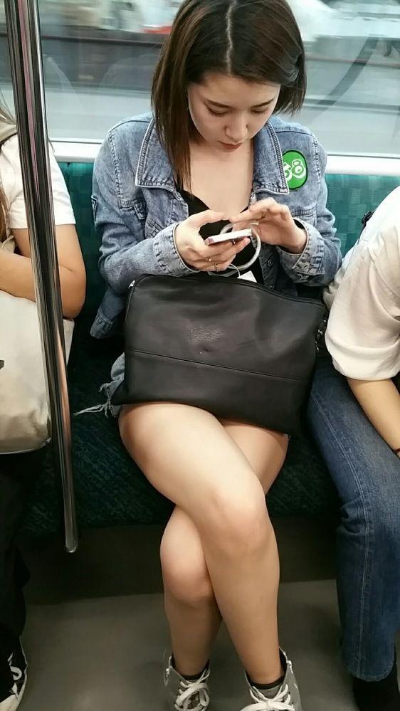 【駅エロチラ画像】電車内で自慢の美脚ナマ足を露出したショーパンギャルを対面から勝手に隠し撮りする奴wwwwwwww 表紙