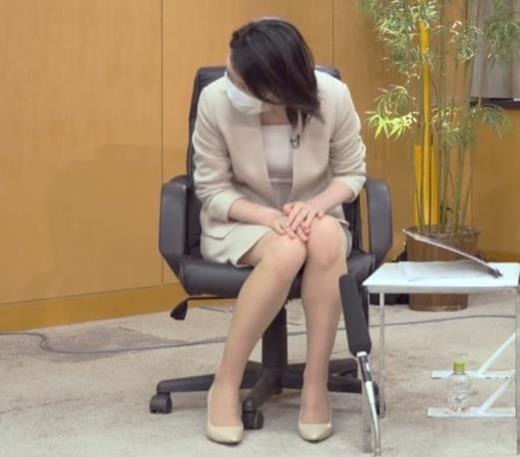 小川彩佳 ミニスカ▼ゾーンをチラチラさせながらインタビュー