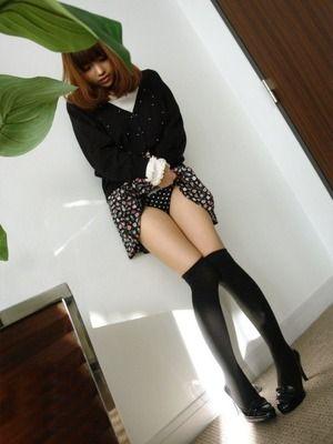 たくし上げエロスwwwパンツ見せてるエロ女子画像www