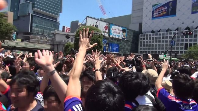 【ダサい】サッカー日本代表の健闘にテンションの上がった男性、交差点でハイタッチを試みるも殴られるwwwww