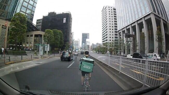 【動画】ウーバーイーツ配達員、自転車で右車線を爆走&信号無視→さらにとんでもないことをしでかしてしまう・・・