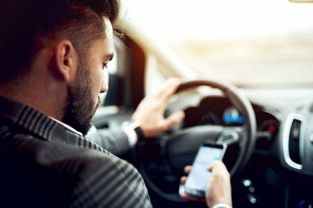 明日12月1日から「ながら運転」が厳罰化!反則金や違反の点数が3倍に!お前ら絶対やめろよ!