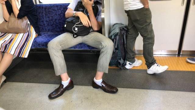 電車などで隣の席の人がスペースを侵害してきたら◯◯するとお行儀良くなるかも!?