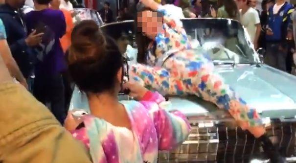 渋谷ハロウィンで車の上に乗ったバカ女さん、引きずり降ろされ地面に叩きつけられる