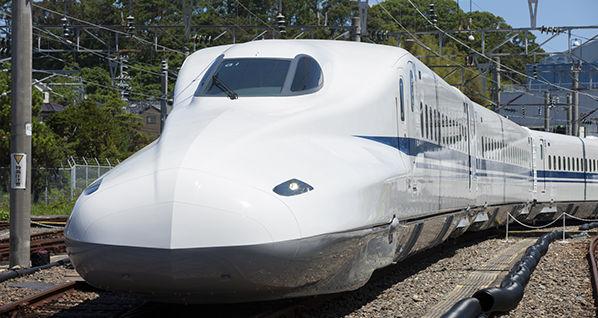 新幹線で女性が物を落とし拾おうと・・・ 後ろの席男性の行動がヤバすぎて物議に
