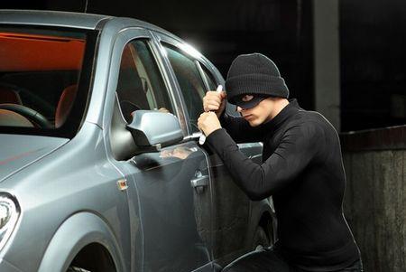 【優しい世界】車泥棒、盗んだ車に乗っていた持ち主の息子を学校に送り届けてから逃走
