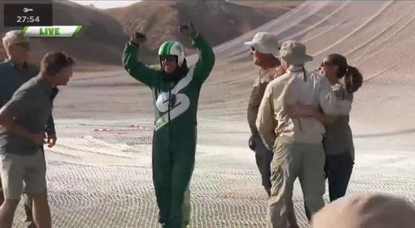 【動画】米国人男性、パラシュート無しで高度7600メートルから網に着地 完全にイカれてやがる((( ;゚Д゚)))