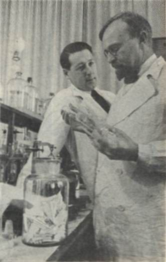 Aleksandr_Oparin_and_Andrei_Kursanov_in_enzymology_laboratory