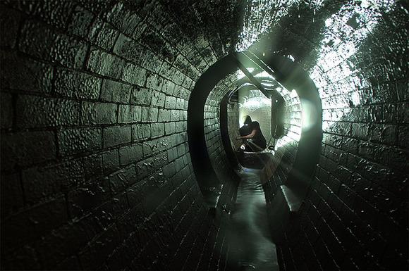 地下に伸びる不思議な空間!!イ...