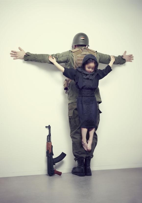 十字架に吊るされる子供たちの ...