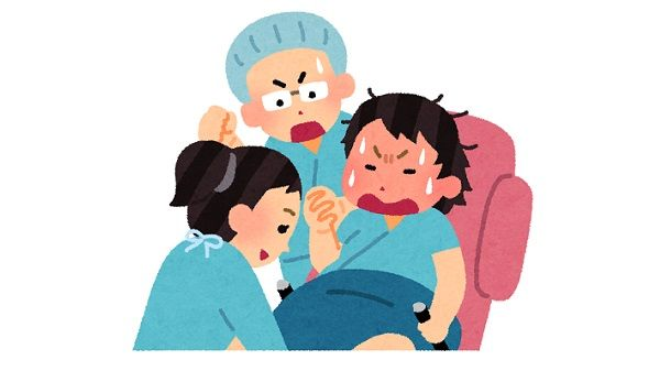 中国で分娩の疑似体験をする男性たちの動画