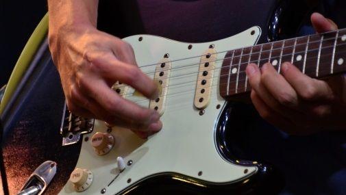 認知症でもう何もできないと思われていた70代の老人にギターを渡した結果