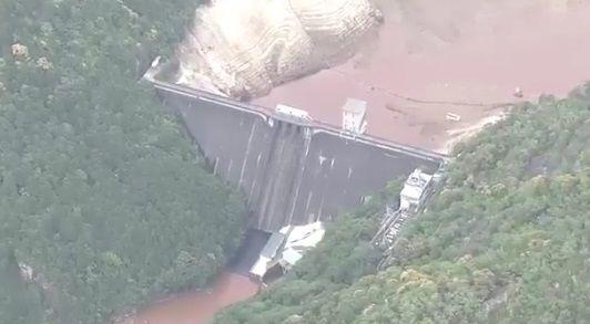 貯水率ゼロになった宇連ダムの底から沈んだ橋が出現