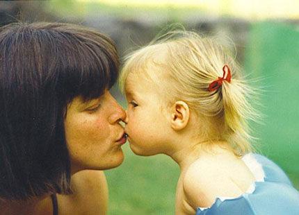 【イラッ】学生時代の女友達が娘と遊びたいと家に遊びに来たが席を外した隙に唇にキスしてた