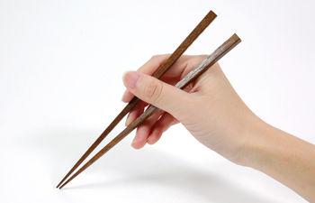 【考察】子供2人連れて焼肉に行ったが子供が箸を落としてしまったので店員に代わりの箸を頼んだら「落とした箸を拾って下さい」と言われた