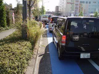 彡(^)(^)「自転車レーンはええなあ!走りやすいし最高や!」
