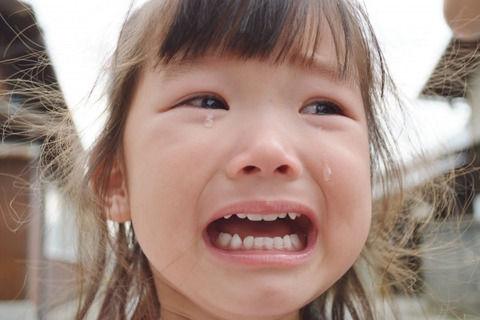 【育児】寝起きで泣く娘を連れて歩いてたら「泣かせんなよー可哀想に」と女子学生数名に言われた