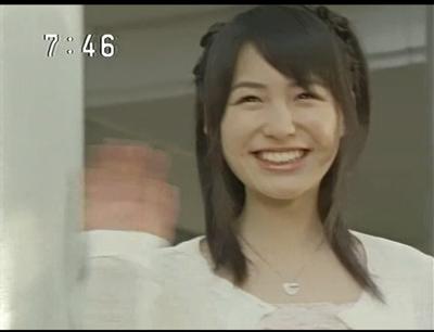 笑顔で手を振る平田薫