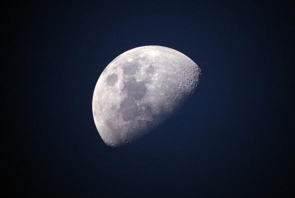 moon-1527501_1280