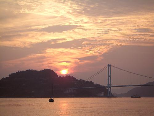安芸灘大橋とヨット