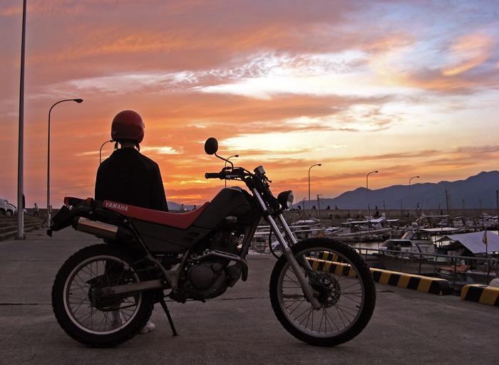 バイクと夕景