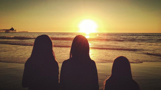 3人で将来を見つめるように夕日を眺める吉原高級ソープ嬢たち