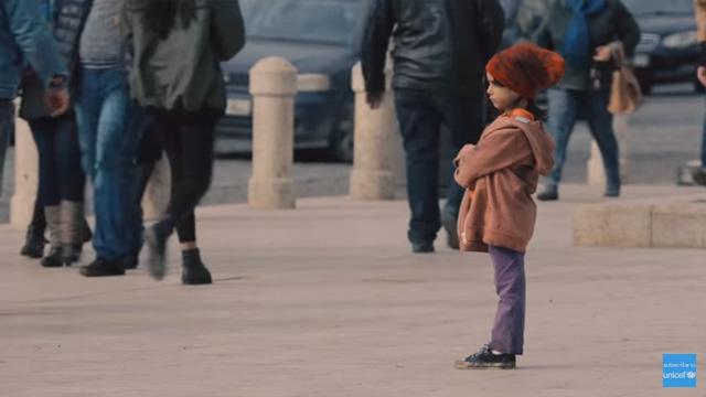 寂しく1人佇む貧しそうな女の子