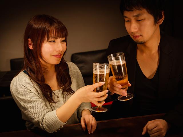 お酒の席で彼氏に相談する女性