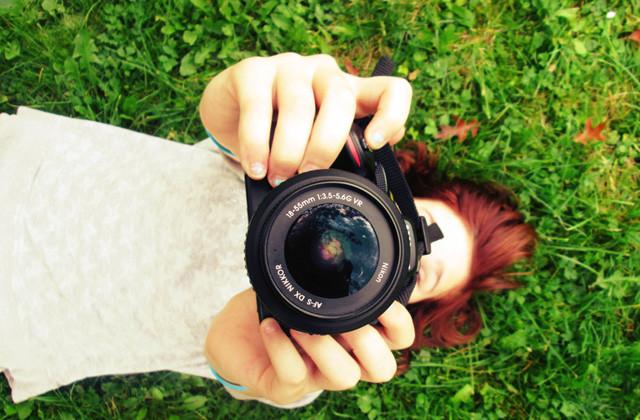 楽しそうに写真を撮る女の子の画像