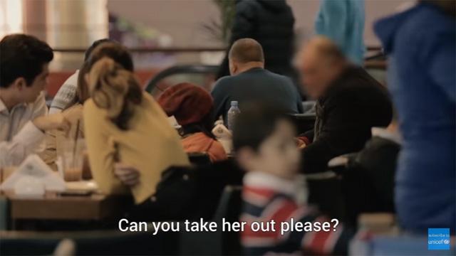あっちへ行ってくれる?と冷たく言われる女の子