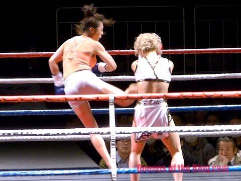 いつか VS ソン・ヒョギョン  さらにはテコンドー式の跳び後ろ回し蹴り。どちらが優勢か、見る人
