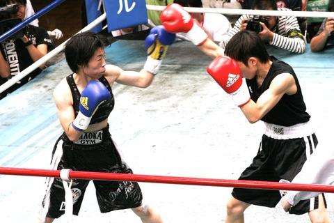小関桃 vs 伊藤まみ