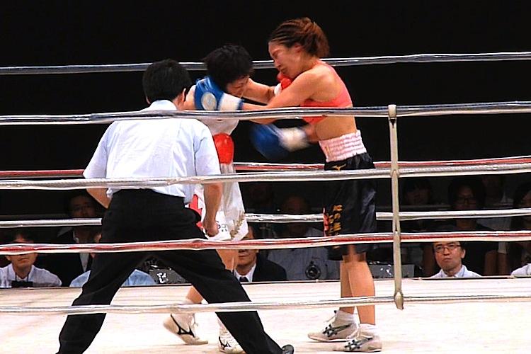 P1450586-4 田中選手は受けにまわる試合展開ですが、神田選手の打ち終わり的確にパンチ..
