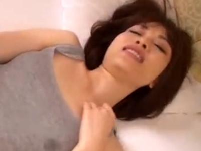 寝込みを狙われた美少女が寝起きなのに敏感マンコにハメる