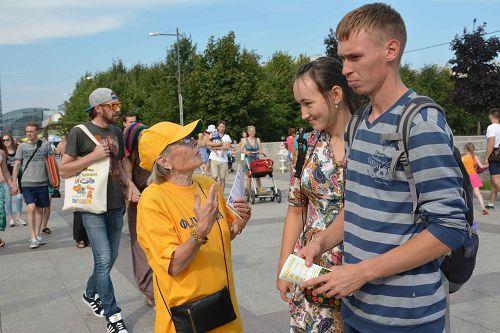 2015-8-15-minghui-russia-stpetersburg808-05