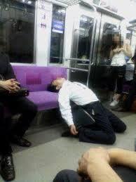 電車内で泥酔していた男、介抱してくれた俳優をぶん殴り「覚えていない」と言い訳するwwwwwwww